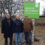 Die Kreisräte der Freien Wähler Hans-Rudi Bührle, Walter Hoyler und Bernd Lebender vor der neu aufgestellten Begrüßungsgabione in Schlierbach